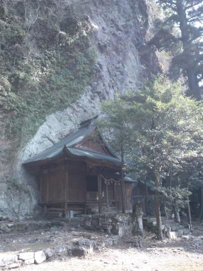 Bâtiment encastré dans la roche, splendide.