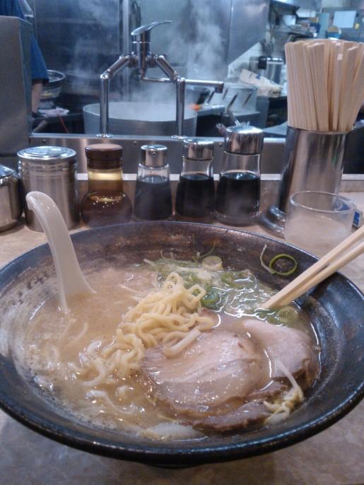 Ramen : soupe avec des nouilles épaisses aux œufs dans un bouillon. Traumatisé tellement c'était bon !