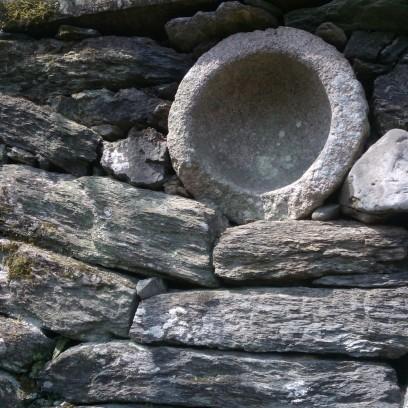 Sur l'une des façades de la villa : je crois que la pierre circulaire représente la lune.