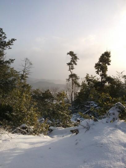 Neige, collines, soleil, bonheur.