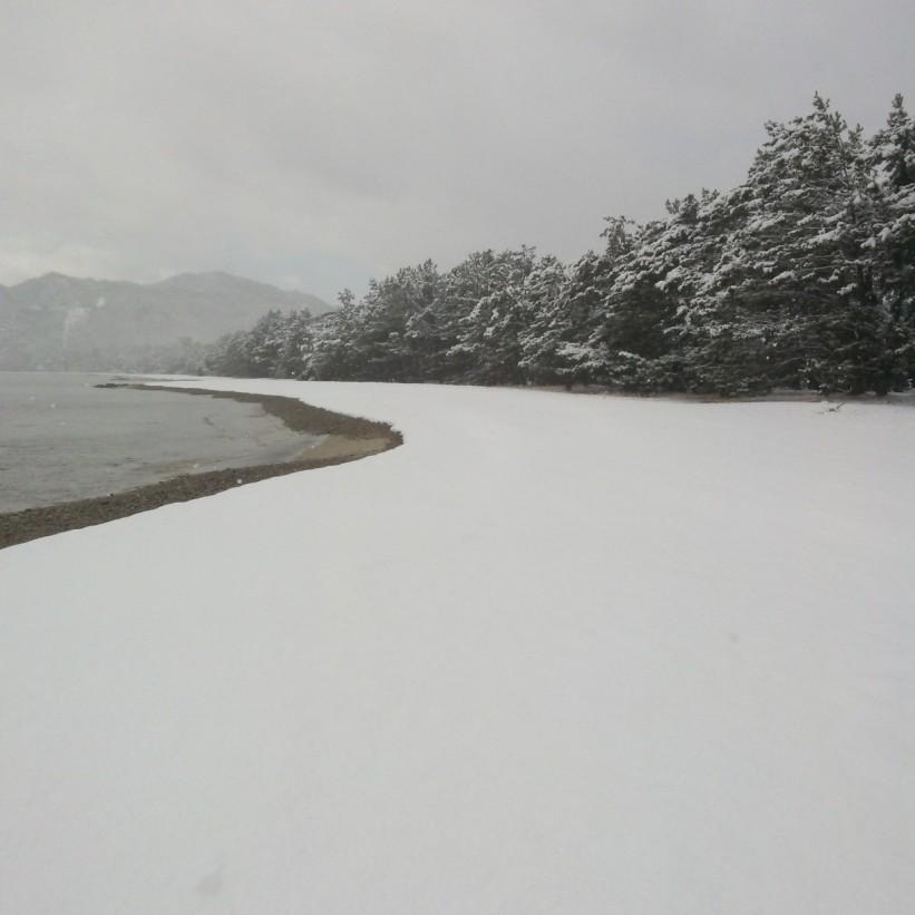 Plage du côté gauche, le lendemain recouverte de neige.