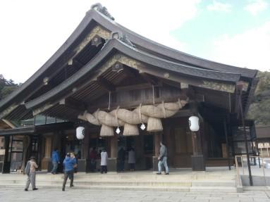 """Le """"shimenawa"""", corde tressée de paille de riz, est placé à l'entrée de cette enceinte sacrée."""